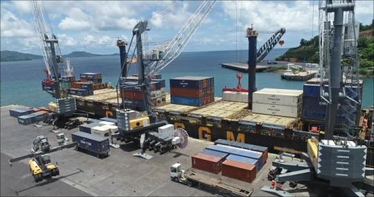 Port de Longoni - Déchargement Cargo