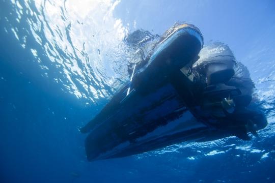 Bateau de plongée vu de dessous