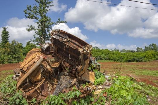 Carcasse de voiture abandonnées - Combani