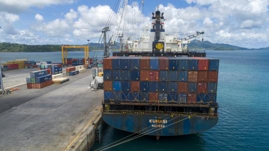 Déchargement au port de Longoni - Drone