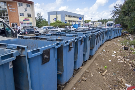 Enfilade de poubelles