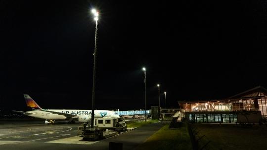 GLBO218 Dreamliner sur le tarmac de nuit