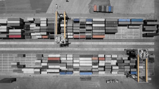 Vue aérienne du stockage conteneurs au port de Longoni. Post traitement en couleurs sélectives.